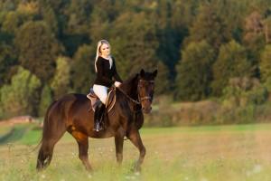 Junge hüsche Frau genießt die Freizeit mit ihrem Pferd bei einem Fotoshooting mit Fotograf Rainer Rössler