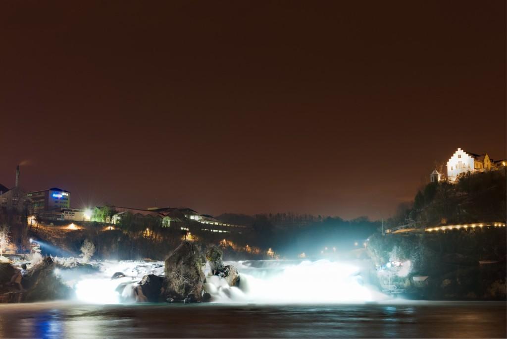 Foto vom beleuchteten Rheinfall in Schaffhausen. Abgelichtet von Fotograf Rainer Rössler.
