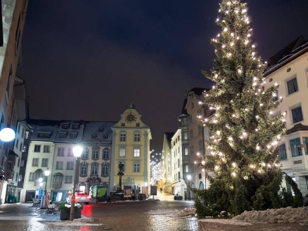 Foto vom beleuchteten, weihnachtlichen Marktplatz in Schaffhausen. Abgelichtet von Fotograf Rainer Rössler.