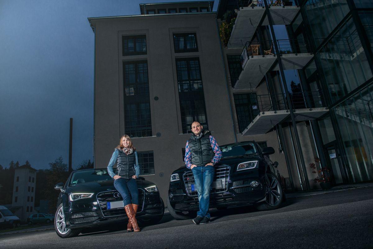 Pärchen beim professionellen Fotoshooting mit deren Autos in Rottweil Neckartal