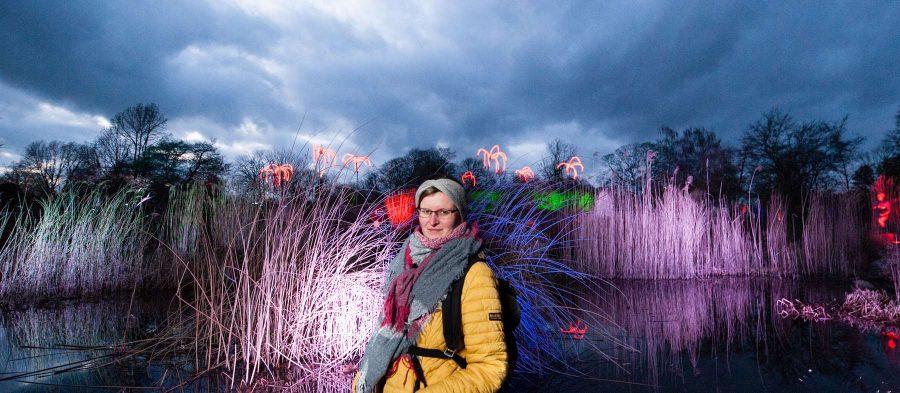 Personenfotograf Essen - Die Ruhe vor dem Sturm - Parkleuchten Grugapark Gruga Stadt Essen bewölkt Wolken magisch mystisch Frau Wasser Schilf verträumt verspielt leuchten Lichtermeer
