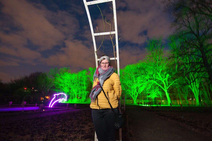 Personenfotograf Essen Verträumtes Portrait - Parkleuchten Grugapark Gruga Stadt Essen Nachtaufnahme Frau Delfin verträumt verspielt leuchten Lichtermeer Tierliebe