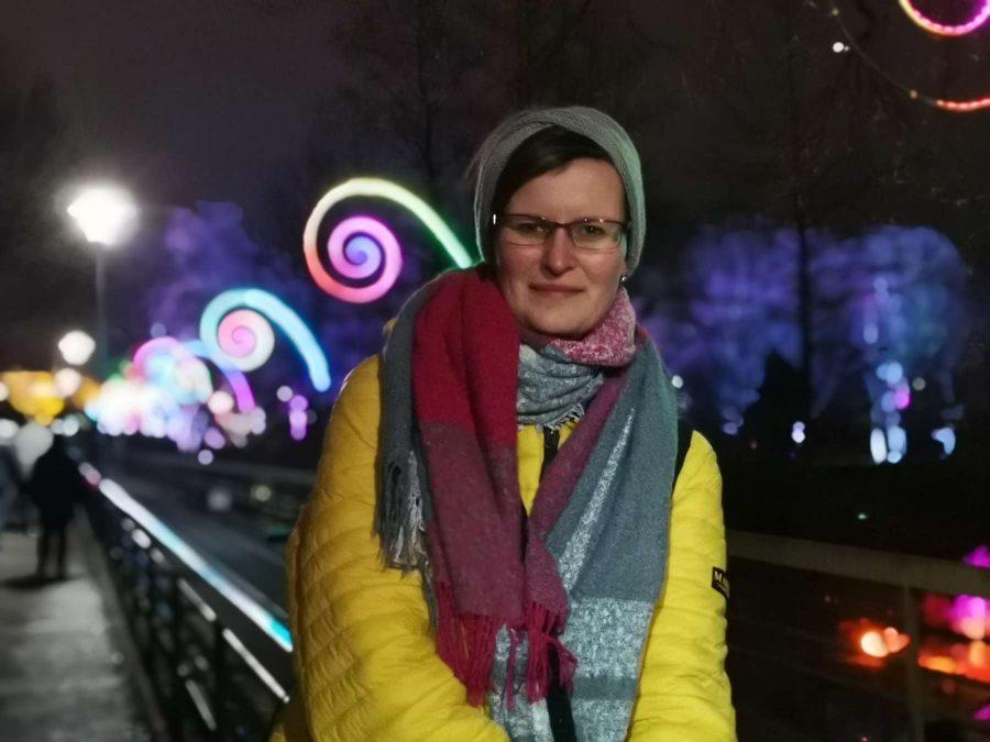 Personenfotograf Essen - Schüchterne Schönheit im Bann der Spiralen Parkleuchten Grugapark Gruga Stadt Essen NRW Nachtaufnahme Lachen Lichtermeer