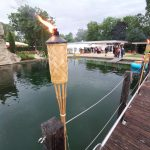 Piratenfest 2019 Naturbad Aachtal_Wasser_Fackeln_Holzbrücke_Weitwinkel_Atmosphäre_Besucher