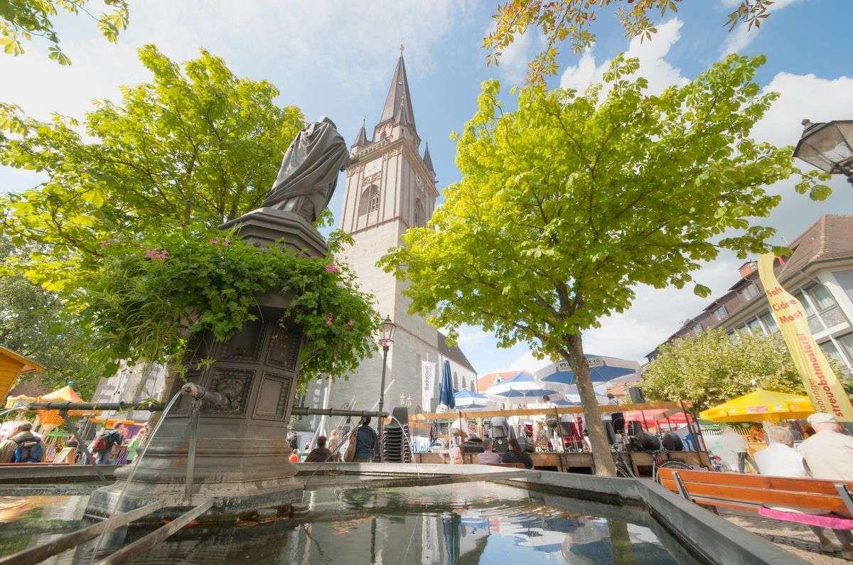 Entspanntes Treiben an den Ständen am Münster während des Altstadtfestes [2015]