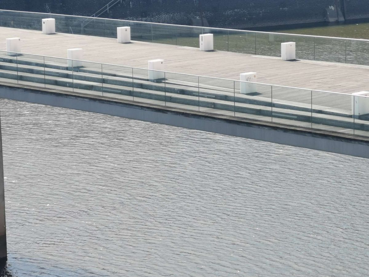 Ein ungewöhnlicher Anblick - die Holzbrücke im Medienhafen menschenleer und ruhend über den Wellen des Rhein's