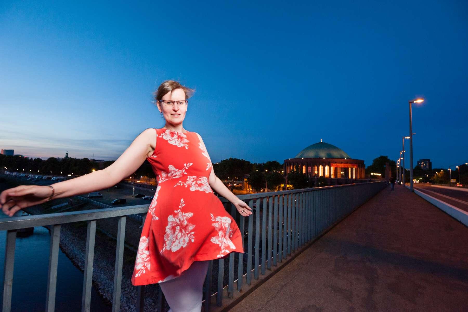 Foto von einer hübschen Frau in ihrem roten Kleid in Düsseldorf. Fotografiert von Fotograf Rainer Rössler