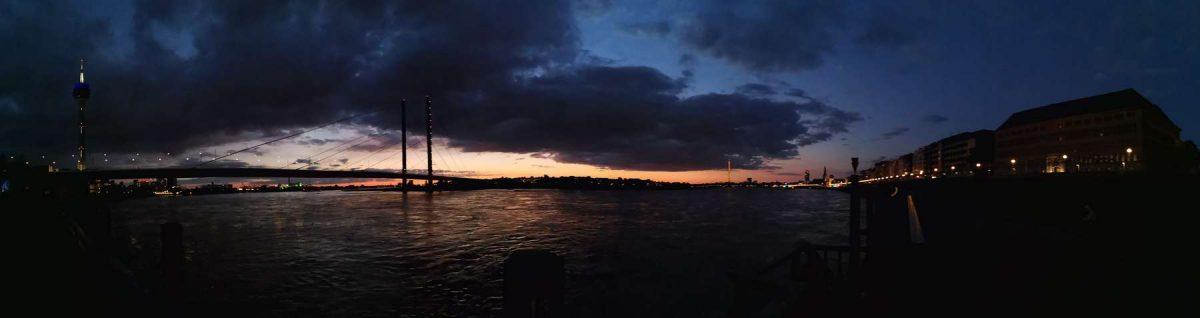 Panorama-Shoot des Düsseldorfer Rheinufers in den magischen Lichtern eines lauen Frühlingsabends