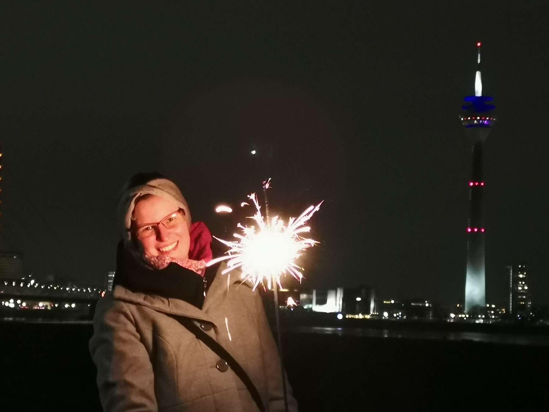 Portrait-Shooting vor den Stadtlichtern der Düsseldorfer Skyline mit besonderem Licht einer Wunderkerze