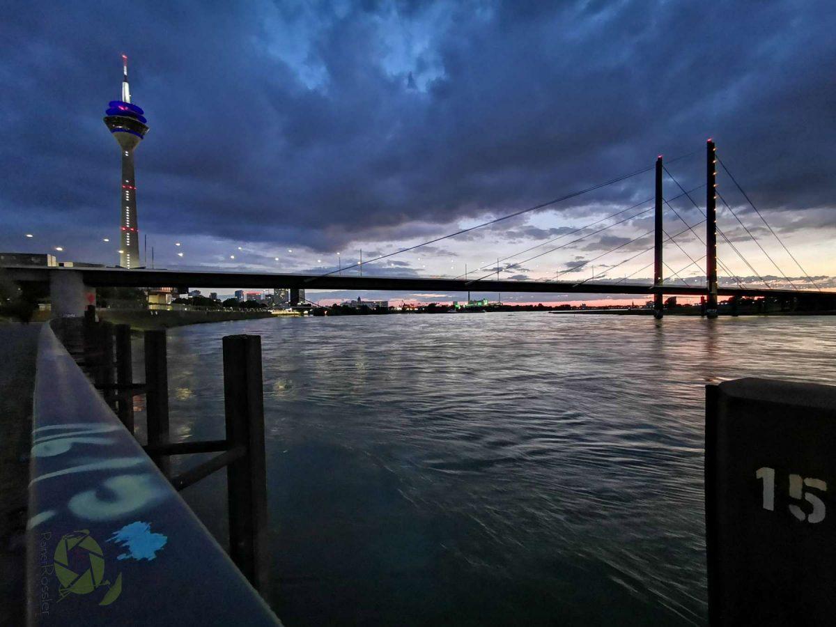 Rheinkniebrücke, Rheinturm am Abend.