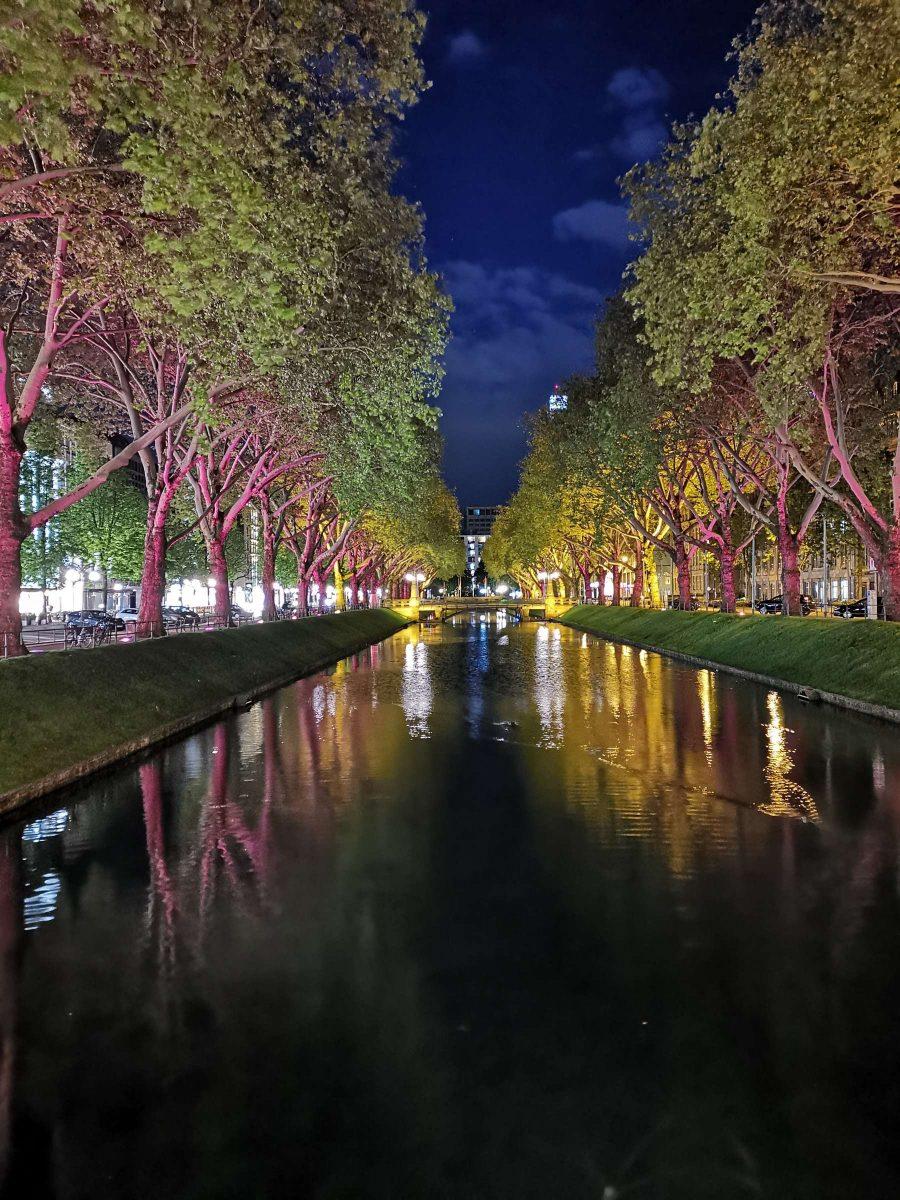 Düsseldorf Königsallee an einem herrlichen Frühling-Abend. Fotografiert von Fotograf Rainer Rössler mit einem Smartphone.