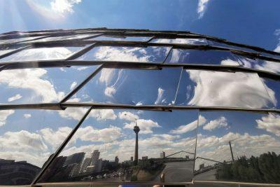 düsseldorf pebble´s frühling spiegelung weitwinkel deutschland blaue himmel rheinturm