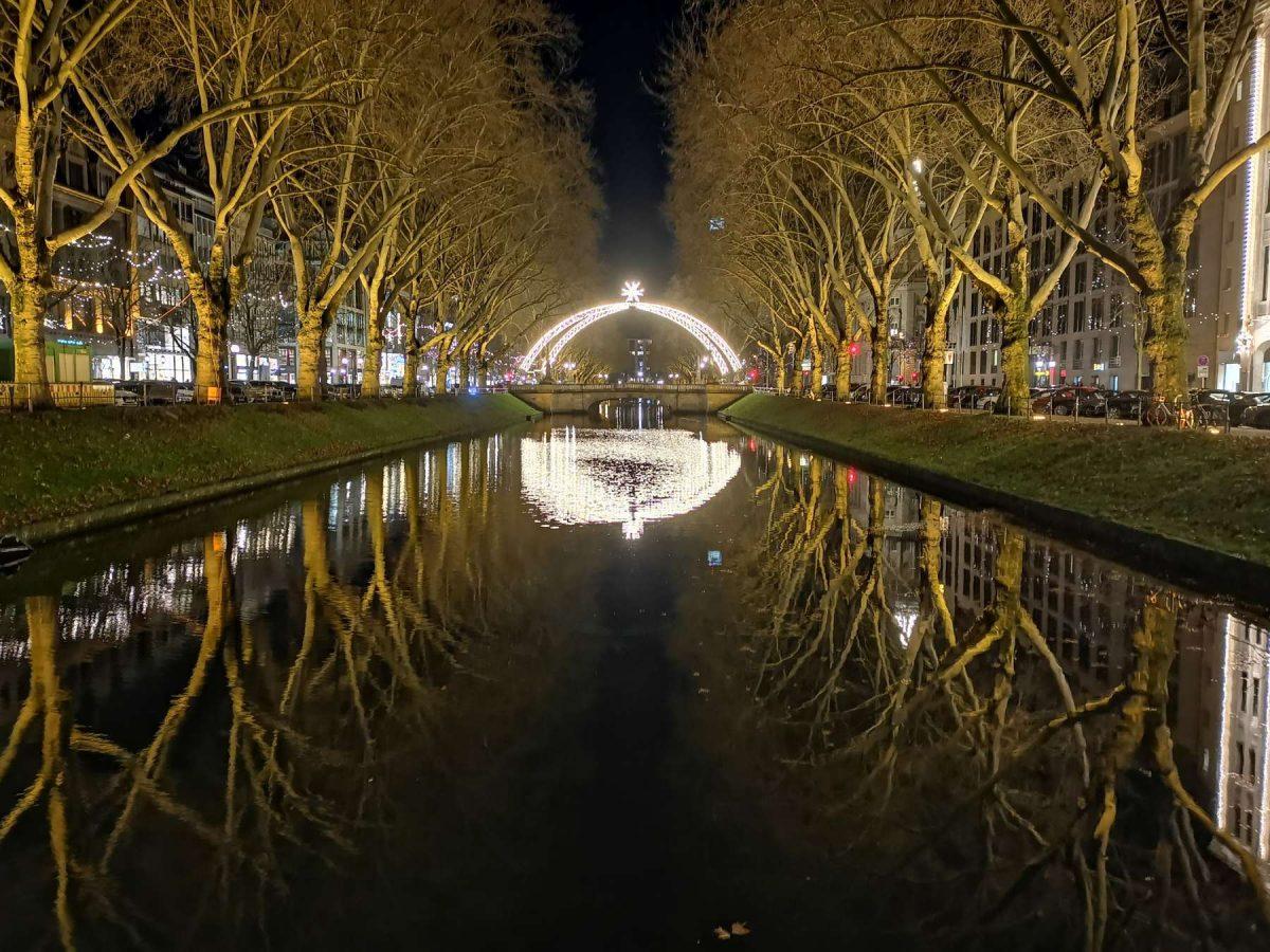 Foto vom Stadtgraben Düsseldorf 2019 bei Weihnachten von Fotograf Rainer Rössler.