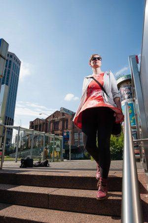 Personenfotograf Essen - Fashionshooting einer jungen Frau mit Kleid im eleganten Stil am Berliner Platz
