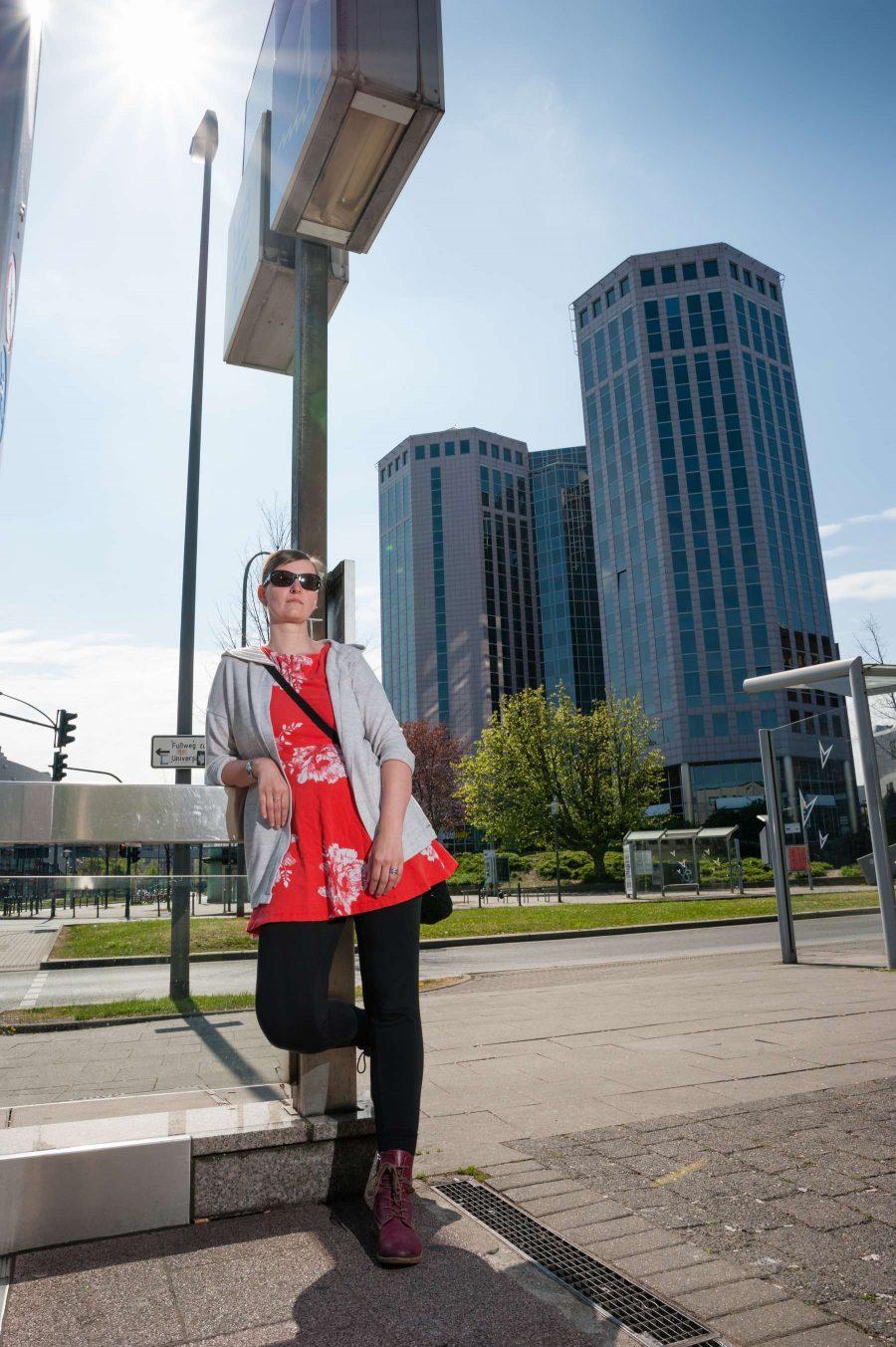 Personenfotograf Essen - Fashionshooting einer jungen Frau mit rotem Kleid im eleganten Stil am Berliner Platz