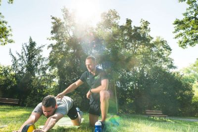 Foto von Personal Trainer Markus Mink beim personalisierten Training mit einem Klienten an einem herrlichem Sommermorgen in der Natur