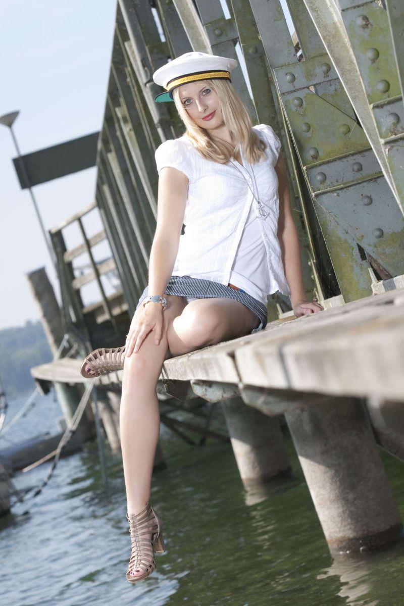 Junge hübsche Frau beim Fotoshooting mit Fotograf Rainer Rössler auf der Halbinsel Mettnau bei Radolfzell am Bodensee.