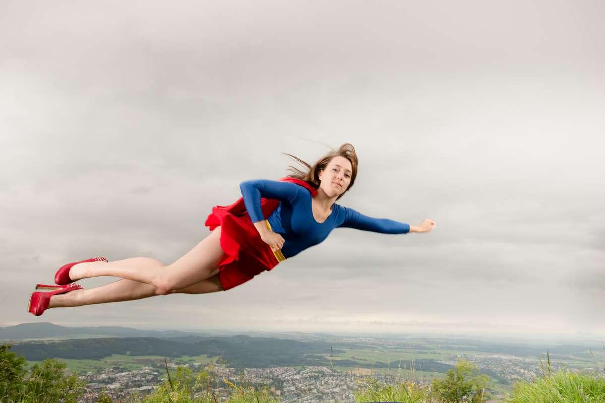 Superfrau Fotoshooting auf dem Dreifaltigkeitsberg bei Spaichingen mit Fotograf Rainer Rössler