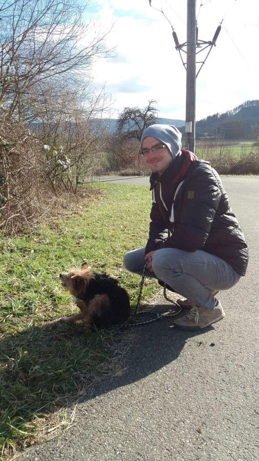 Fotograf Rainer Rössler beim freiwilligen Gassi gehen mit einem Hund aus dem Tierheim in Singen