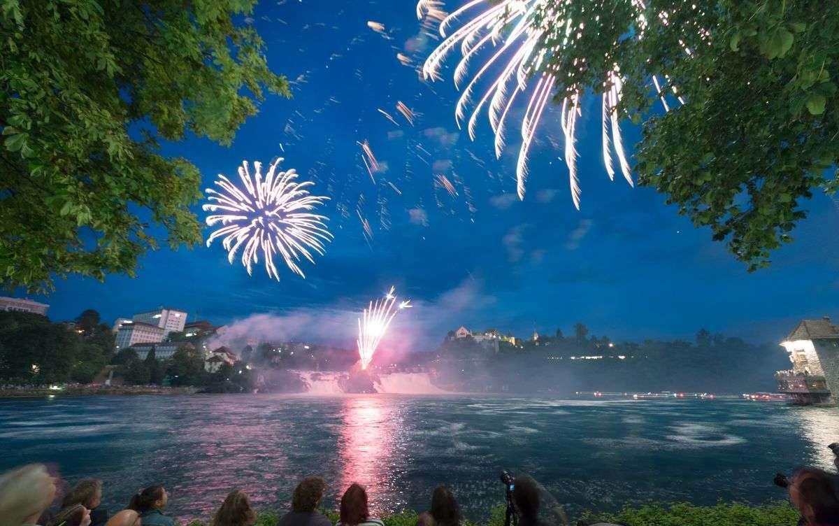 """Foto vom Feuerwerk am Rheinfall in Schaffhausen bei der Veranstaltung """"Fire on the Rocks"""". Fotografiert von Fotograf Rainer Rössler"""