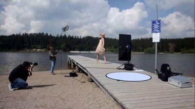 Foto von hinter den Kulissen vom Fotoshooting mit Fotograf Rainer Rössler und Model Tiffany Sachs