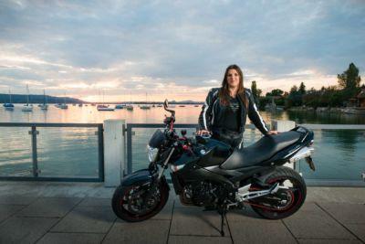 Foto von einem Motorrad Fotoshooting mit der hübschen Besitzerin. Fotografiert von einem professionellen Fotografen mit mobiler Blitzanlage.