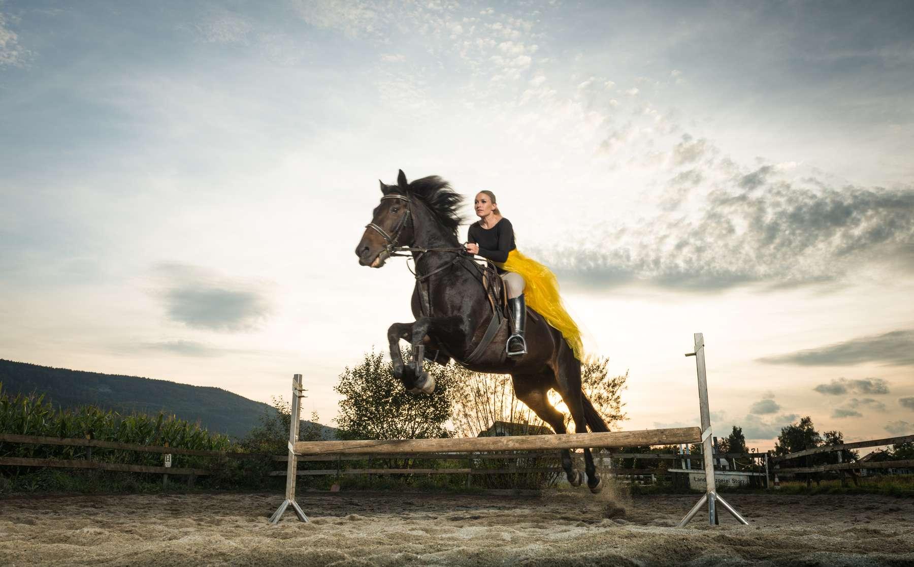 Hübsche Frau lässt sich beim Training ein professionelles Foto beim Fotoshooting durch Fotograf Rainer Rössler in Balgheim schießen.