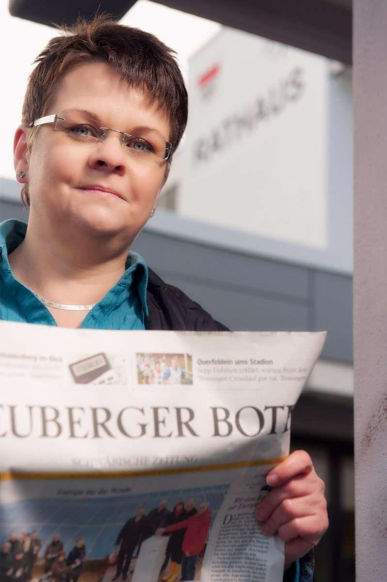 Fotoshooting mit Regina Braungart vom Heuberger Bote mit Fotograf Rainer Rössler in Spaichingen vor dem Rathaus