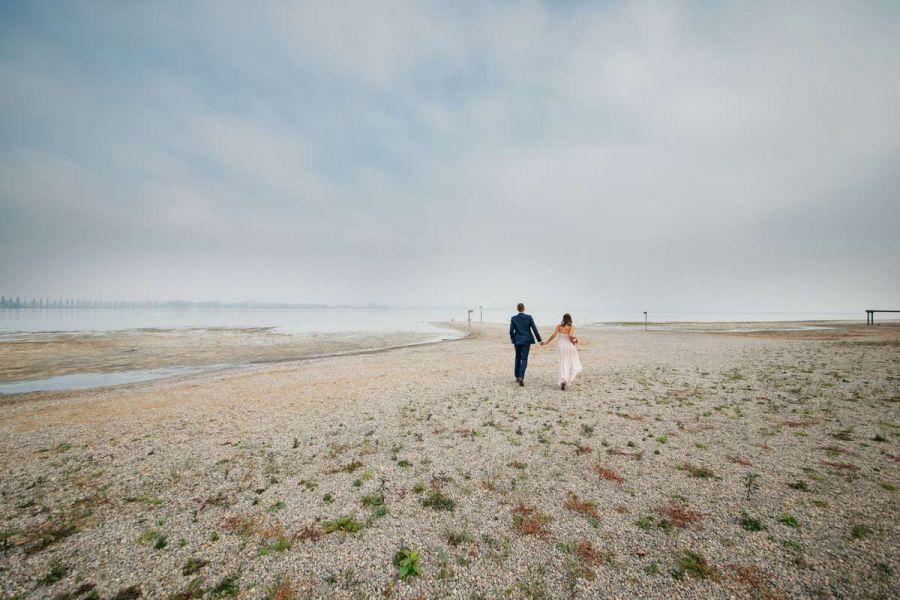 hochzeit brautpaar fotoshooting bodensee moos niedrigwasser herbst nebel weitwinkel
