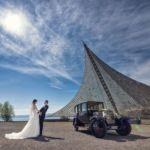 Elegantes Brautpaar-Fotoshooting mit Oldtimer bei Morgensonne am Konzertsegel in Radolfzell am Bodensee