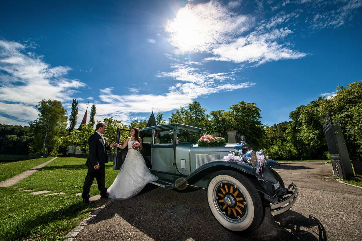Brautpaar bei deren Hochzeit auf der Musikinsel Rheinau in der Schweiz beim Fotoshooting mit dem Hochzeitsfotograf