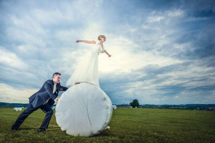 Brautpaar bei deren Hochzeit bei Rottweil beim Fotoshooting mit dem Hochzeitsfotograf