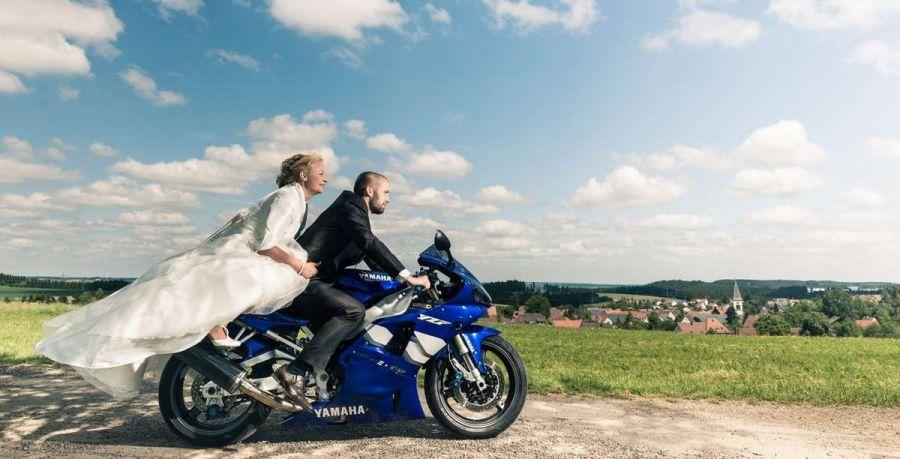 Foto von einem Hochzeits-Fotoshooting des Brautpaares mit deren Motorrad fotografiert von einem Fotografen bei VS-Weigheim.