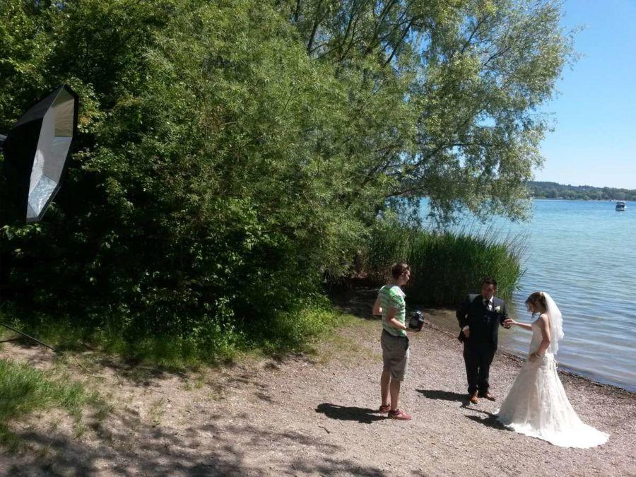 Hinter den Kulissen Foto vom Brautpaar und Fotograf beim Fotoshooting an der Hochzeit am Bodensee