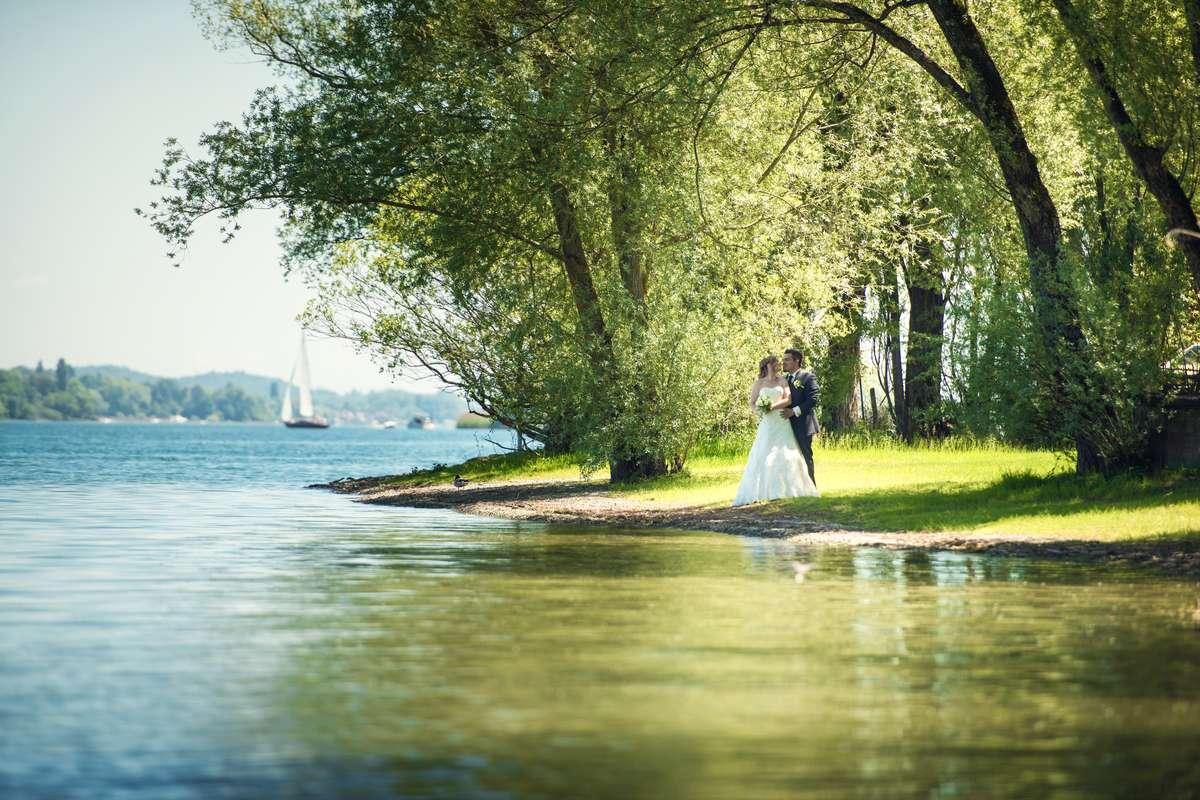 Brautpaar beim Fotoshooting mit dem Hochzeitsfotograf Rainer Rössler von Fotografie RR in Radolfzell in Blickrichtung Markelfingen