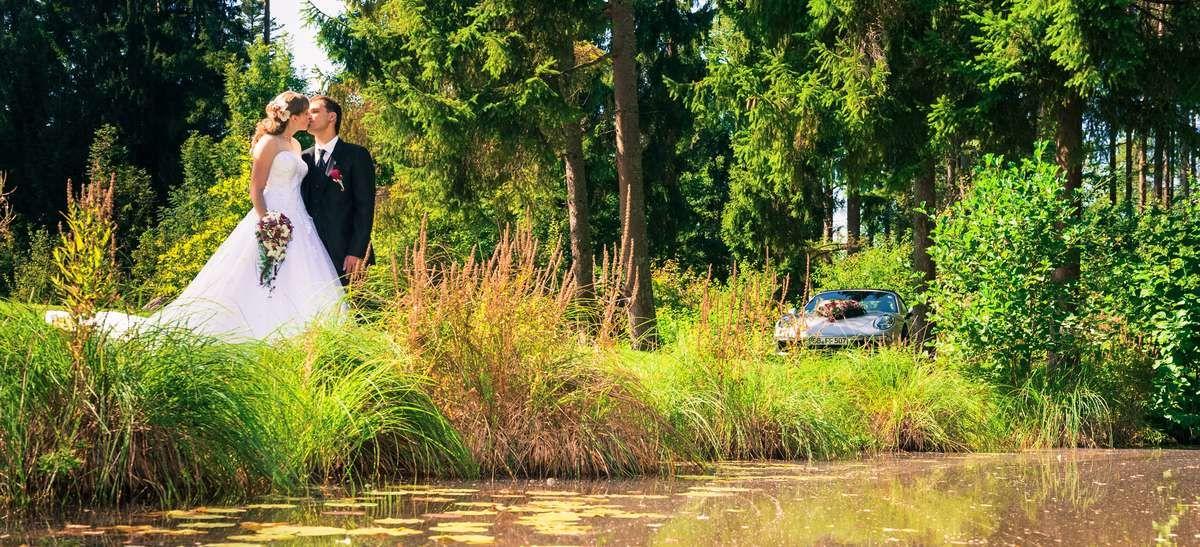 hochzeitsfotograf-rosenfeld-hochzeit-brautpaar-fotoshooting-wasser-weiher-auto