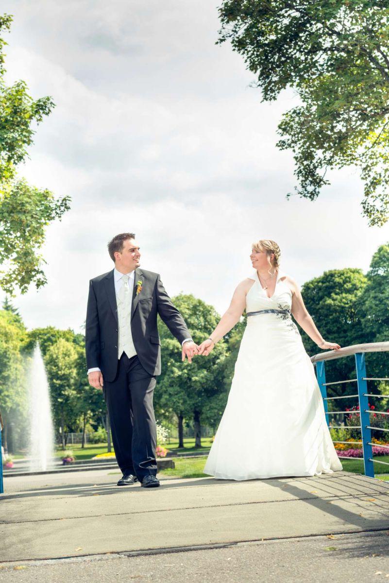 Foto vom Fotoshooting mit dem Brautpaar in Bad-Dürrheim im Park