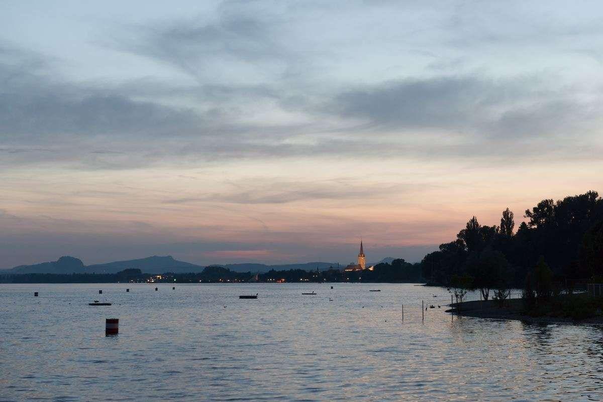 Radolfzell am Bodensee zur blauen Stunde eingetaucht in herrliche Farben. Fotografiert von Fotograf Rainer Rössler