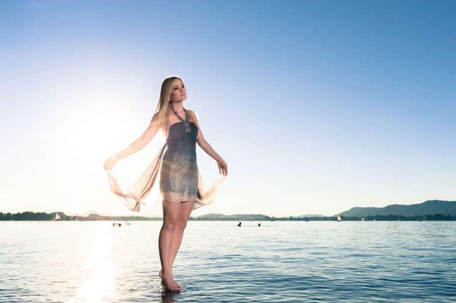 """Foto vom Projekt """"Die Bodensee-Grazie"""". Eine hübsche Frau scheint über das Wasser (Bodensee) laufen zu können fotografiert von Fotograf Rainer Rössler"""