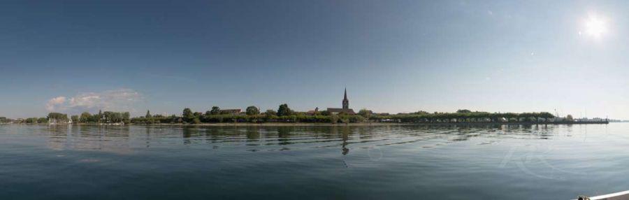 Sommerliches Panorama von Radolfzell aus dem Tretboot aufgenommen