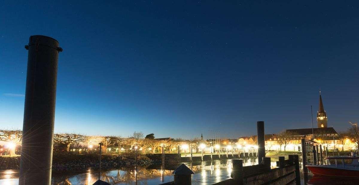 Hafen von Radolfzell zur blauen Stunde eingetaucht in tolle Licht. Fotografiert von Fotograf Rainer Rössler