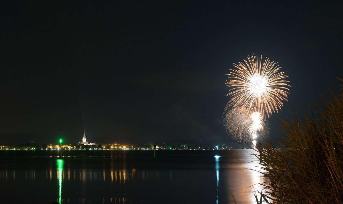 Radolfzeller Feuerwerk des Hausherrenfests gesehen von Moos. Fotografiert von Fotograf Rainer Rössler