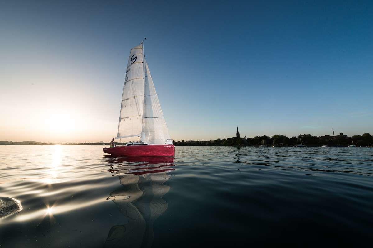 """Lifestyle-Shooting - Segelschiff """"Red Saphira"""" in der Abendsonne auf dem Untersee vor der Kulisse Radolfzell's"""