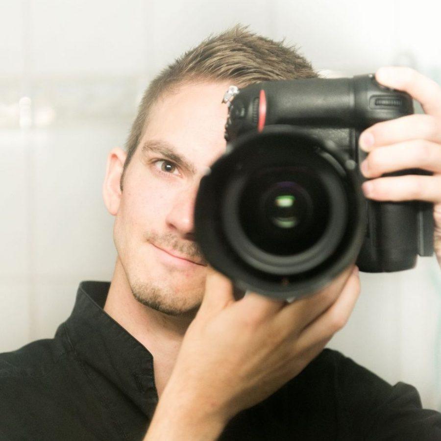 Fotograf Rainer Rössler in Action hinter der Kamera